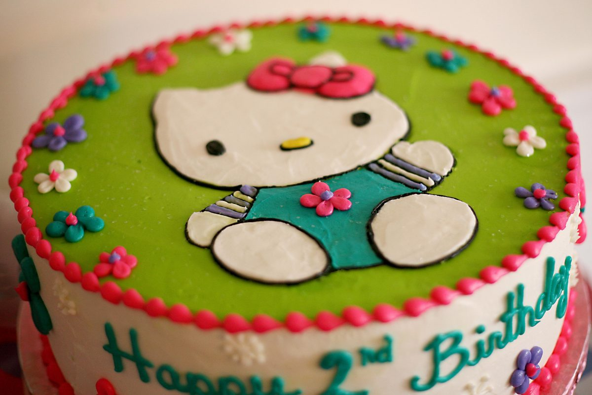 icing drawing of Hello Kitty on cake