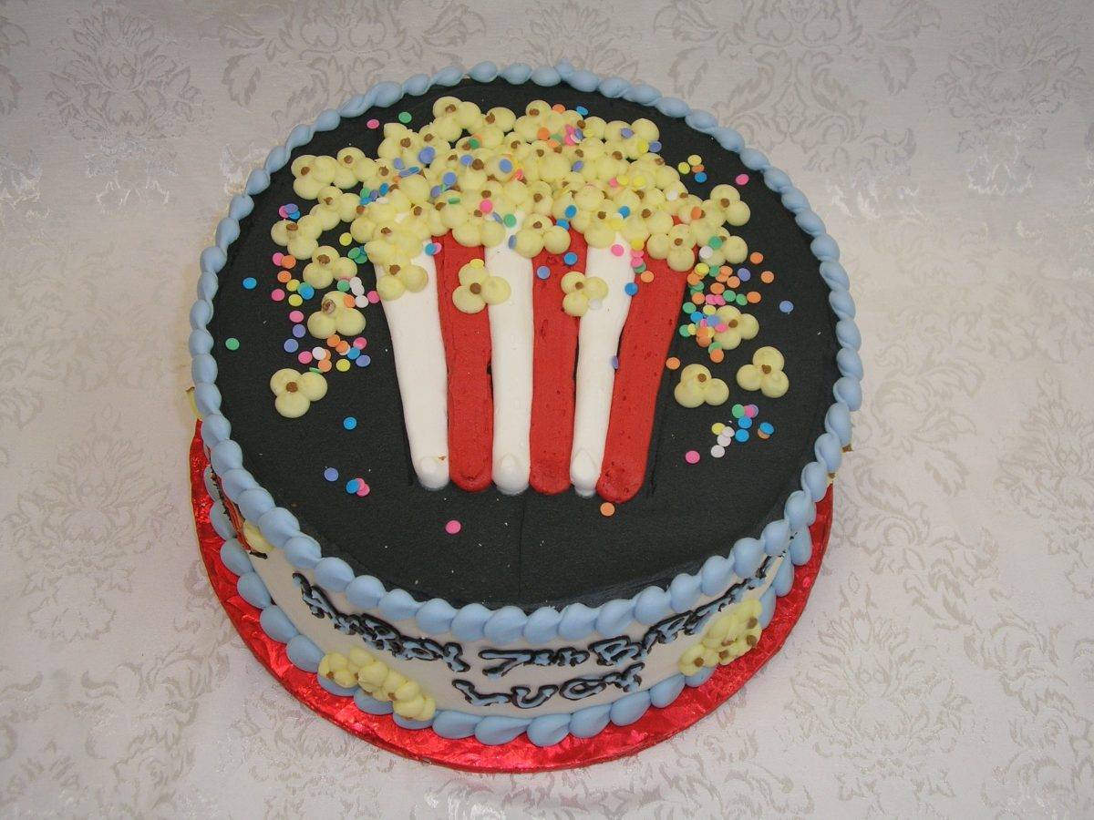 Popcorn container piped on a cake