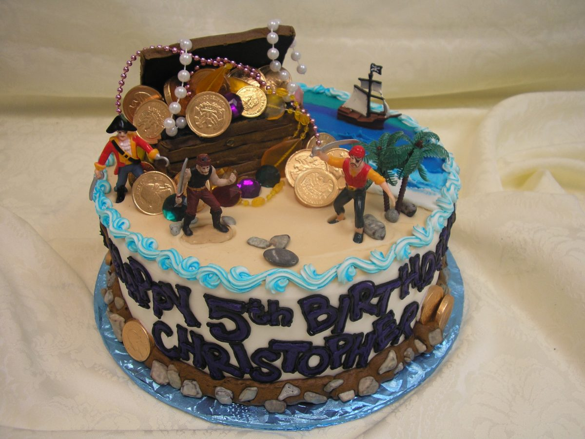 3D pirate chest with treasure on cake
